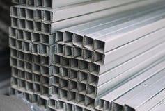 Profils en aluminium en métal gris de section transversale rectangulaire photographie stock