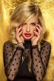 Profilstående av den attraktiva blonda damen. Arkivfoto