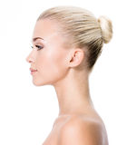 Profilstående av den unga blonda kvinnan royaltyfria foton