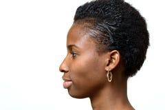 Profilstående av en attraktiv afrikansk kvinna royaltyfri bild