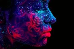 Profilstående av en härlig flickafrämling Ultraviolett himmel för natt för blått för kroppkonst med stjärnor och den rosa manet royaltyfria bilder