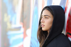 Profilstående av en flicka för skateboradåkarestiltonåring Royaltyfri Fotografi