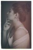 Profilu strzał piękni potomstwa modeluje mienia dotyka jej podbródek Zdjęcia Stock