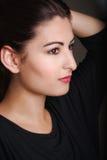 Profilu strzał piękni potomstwa modeluje trzymać jej włosy up Obrazy Stock