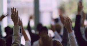 Profissionais do negócio que levantam suas mãos em um seminário 4k do negócio filme