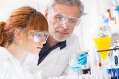 Profissionais dos cuidados médicos no laboratório. Fotos de Stock Royalty Free
