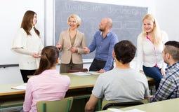Profissionais e treinador no treinamento foto de stock royalty free