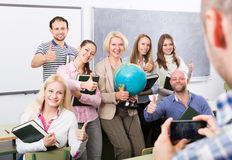 Profissionais e treinador que fazem o retrato do grupo fotos de stock royalty free