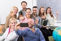 Profissionais e treinador que fazem o retrato do grupo fotografia de stock royalty free