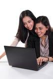 Profissionais fêmeas que trabalham com portátil junto imagens de stock