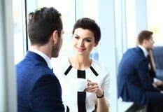 Profissionais que conversam durante uma ruptura de café imagens de stock