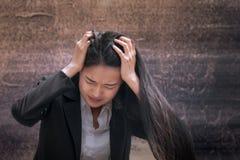 Profissional asiático da mulher de negócio falhado ou virado no trabalho ou no cuidado fotografia de stock