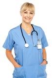 Profissional consideravelmente médico que levanta ocasional Fotografia de Stock Royalty Free