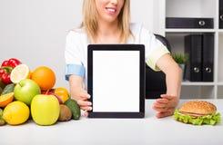 Profissional de saúde que guarda a tabuleta da tela vazia imagem de stock