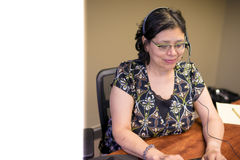 Profissional fêmea Carreira-ocupado no escritório Fotografia de Stock Royalty Free