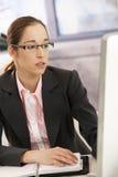 Profissional fêmea novo no trabalho imagem de stock royalty free