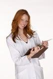 Profissional médico de sorriso com prancheta Imagens de Stock