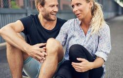 Profiter d'un agréable moment de couples Images libres de droits