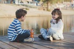 Profiter d'un agréable moment heureux d'enfants Image libre de droits