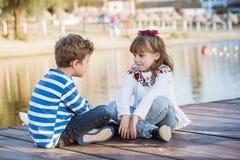 Profiter d'un agréable moment heureux d'enfants Image stock