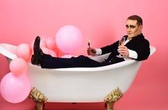 Profiter d'un agréable moment L'acteur de comédien célèbrent des vacances Mimez l'acteur ont plaisir à se baigner dans la baignoi images libres de droits
