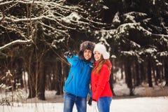 Profiter d'un agréable moment romantique de couples Photos libres de droits