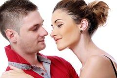 Profiter d'un agréable moment vraiment romantique de couples Images libres de droits