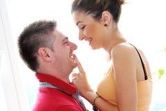 Profiter d'un agréable moment vraiment romantique de couples Photos libres de droits