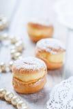 Profiterole или торты cream слойки заполненные с взбитой сливк на деревянном конце предпосылки вверх Очень вкусный десерт с оформ Стоковое фото RF