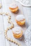 Profiterole или торты cream слойки заполненные с взбитой сливк на деревянном конце предпосылки вверх Очень вкусный десерт с оформ Стоковые Фотографии RF