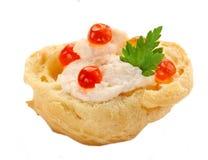 Profiterole com a pasta e o fim vermelho do caviar isolados acima no branco fotos de stock royalty free