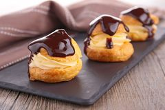 Profiterole do chocolate imagem de stock royalty free