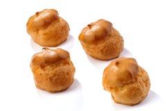 Profiterole eller eclair, hemlagade sötsaker, närbild som isoleras på vit bakgrund royaltyfri bild