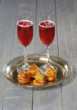 Profiterole enchido alimento com bebidas bem-vindas imagem de stock royalty free