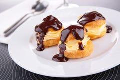 Profiterole, Frans dessert royalty-vrije stock afbeeldingen