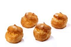 Profiterole o eclair, dulces hechos en casa, primer, aislado en el fondo blanco fotografía de archivo