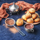 Profiteroles και καυτή σοκολάτα Στοκ Εικόνα