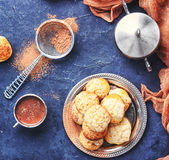 Profiteroles και καυτή σοκολάτα Στοκ εικόνα με δικαίωμα ελεύθερης χρήσης