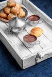 Profiteroles και καυτή σοκολάτα Στοκ Φωτογραφίες