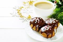 Profiteroles με την τήξη σοκολάτας και τη χρωματισμένους σκόνη και τον καφέ Στοκ Εικόνες