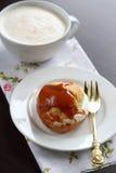 Profiteroles με τη σάλτσα καραμέλας κρέμας Στοκ φωτογραφίες με δικαίωμα ελεύθερης χρήσης