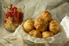 Profiteroles που τυλίγεται στο μαγείρεμα του εγγράφου και του γυαλιού με τη σταφίδα Στοκ Εικόνα