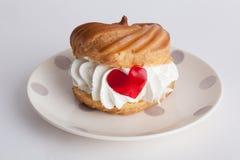 Profiteroles торта с сердцем сливк и мармелада Стоковое фото RF