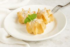 Profiteroles avec de la crème et le sucre en poudre Image stock