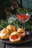 Profiteroles com caviar vermelho imagem de stock