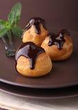 Profiteroles com chocolate foto de stock royalty free