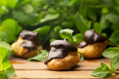 Profiteroles con el chocolate esmaltado fotografía de archivo