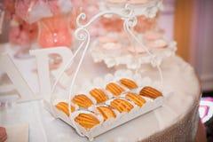 Profiteroles d'eclairs de biscuits de gâteau kendibar Photo stock