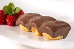 Profiteroles de crème de chocolat Photographie stock libre de droits