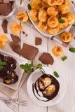 Profiteroles do chocolate fotografia de stock